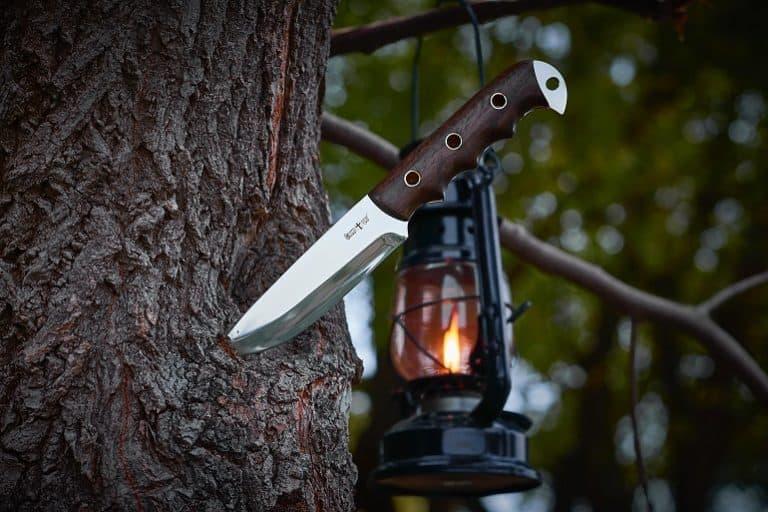 Messer in Baum