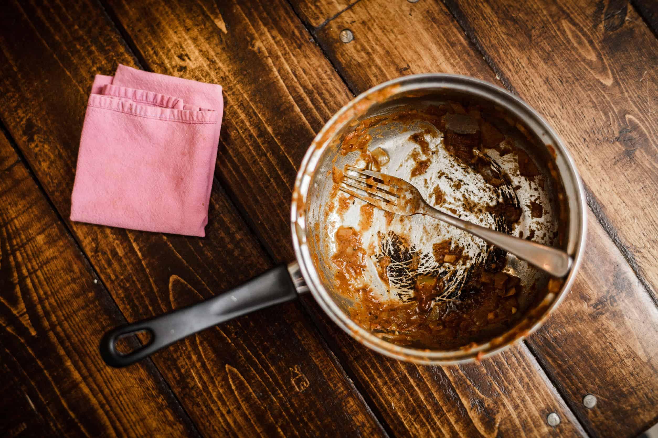 Angebrannten Topf reinigen: Tipps und Tricks, die leicht von der Hand gehen