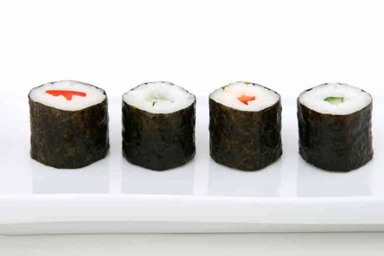 4 Sushirollen auf einer Platte