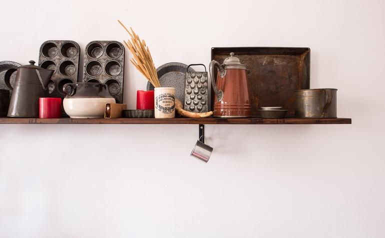 einige Küchenutensilien nebeneinander aufgestellt auf einer Erhöhung