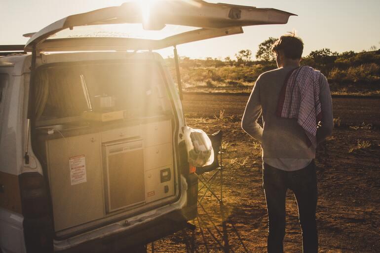 Campervan mit Kühlschrank im Sonnenlicht